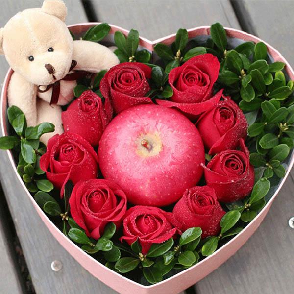 9朵红玫瑰,1个苹果,1个小熊,绿叶搭配