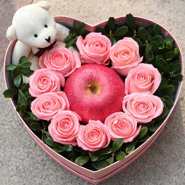 9朵戴安娜粉玫瑰,1个苹果,1个小熊,绿叶搭配